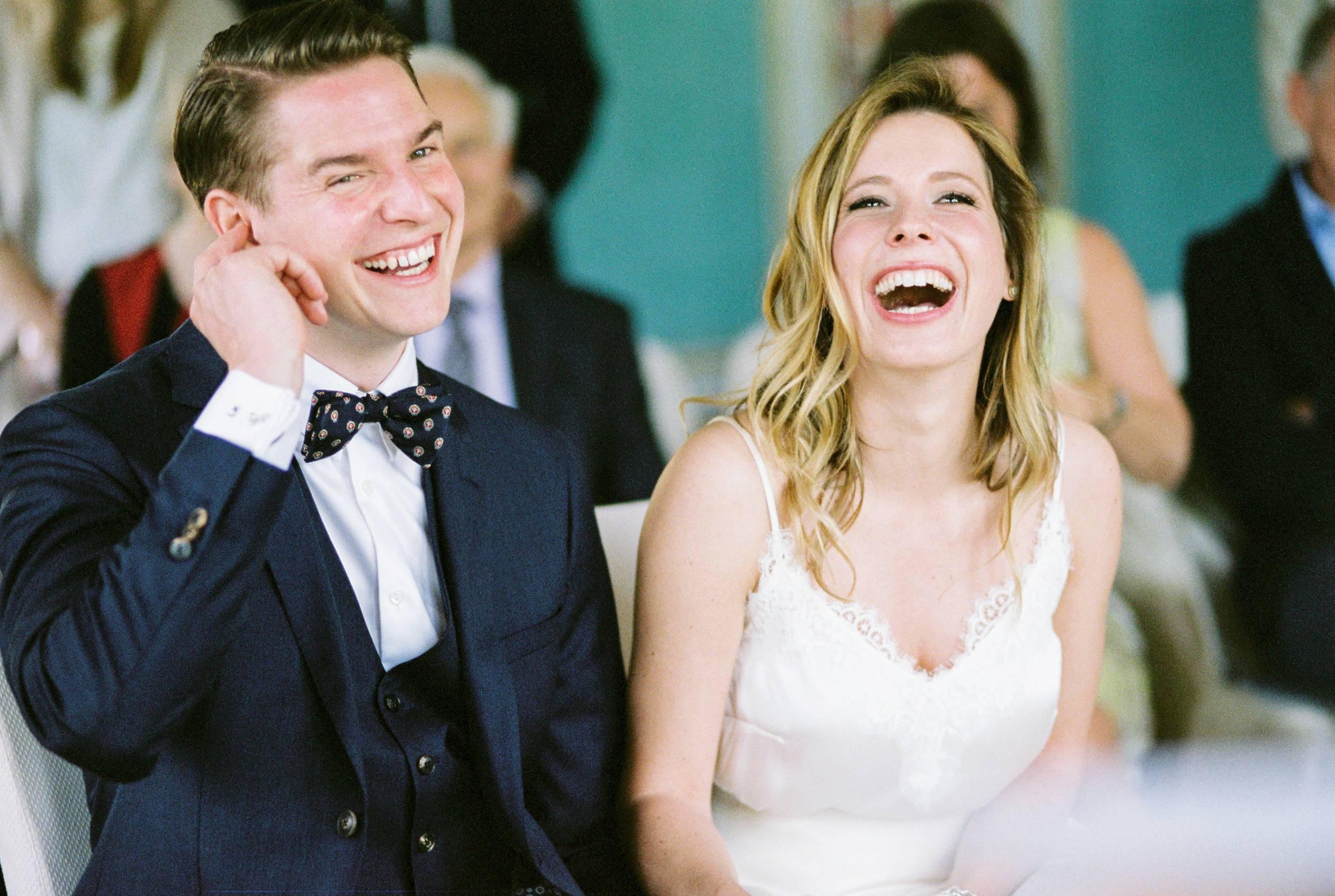 bride and groom happy laughing ceremony glücklich trauung
