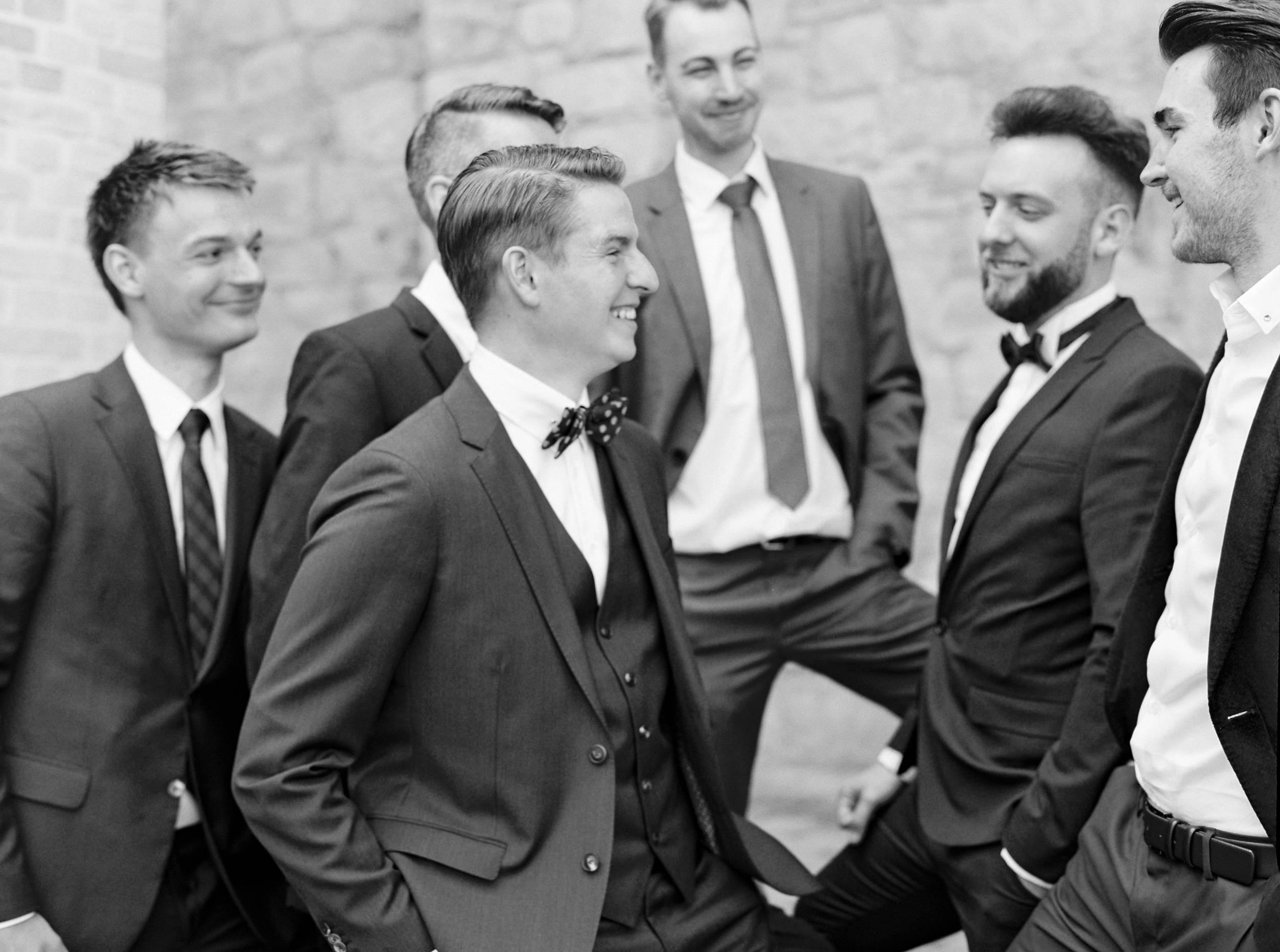 groom groomsmen happy laughing bräutigam trauzeugen jungs männer lachen